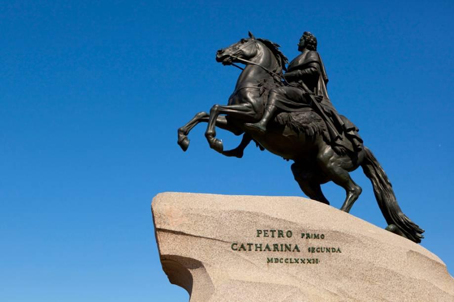 Estátua em bronze de Pedro, o Grande, fundador de São Petersburgo