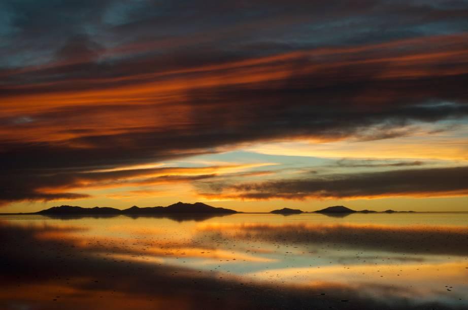 Durante o pôr do sol, devido à altitude boliviana, o turistas se sentam mais perto do astro-rei. O céu é geralmente limpo, e proporciona momentos mágicos de extrema luminosidade dominando um horizonte que não acaba nunca. Momento imperdível para quem viaja pelo território boliviano