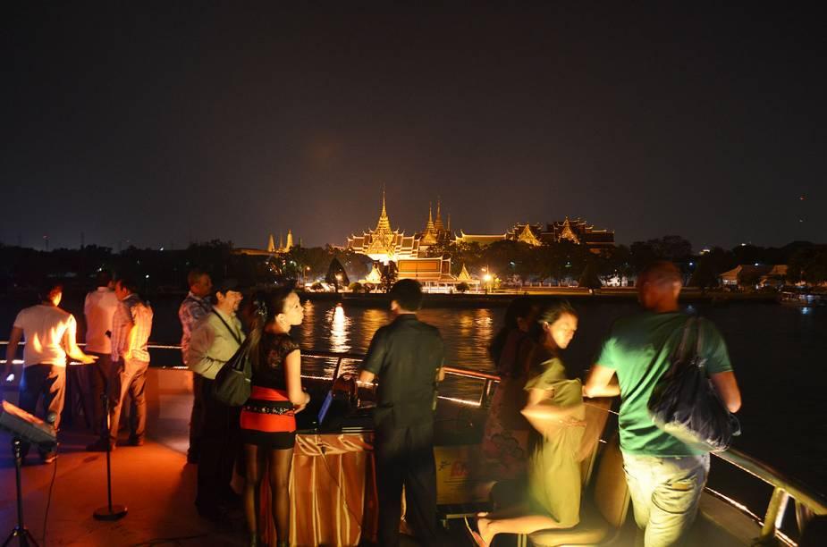 Fazer um cruzeiro fluvial é uma das opções de passeios na badalada Bangcoc