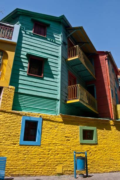 Caminito, uma ruela de menos de 100 metros de comprimento, em La Boca, tem casinhas de madeira e zinco pintadas em cores berrantes. A iniciativa foi de um grupo de artistas na década de 50 que usou sobras de tintas dos barcos