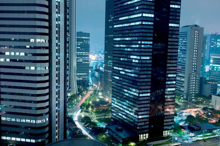 Shinjuku é uma das áreas mais modernas de Tóquio, onde estão localizadas a sede do governo metropolitano e a estação ferroviária mais movimentada de todo Japão