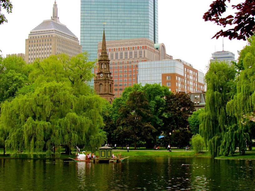 A beleza do Boston Public Garden, com suasdiversas espécies de árvores, flores e plantas
