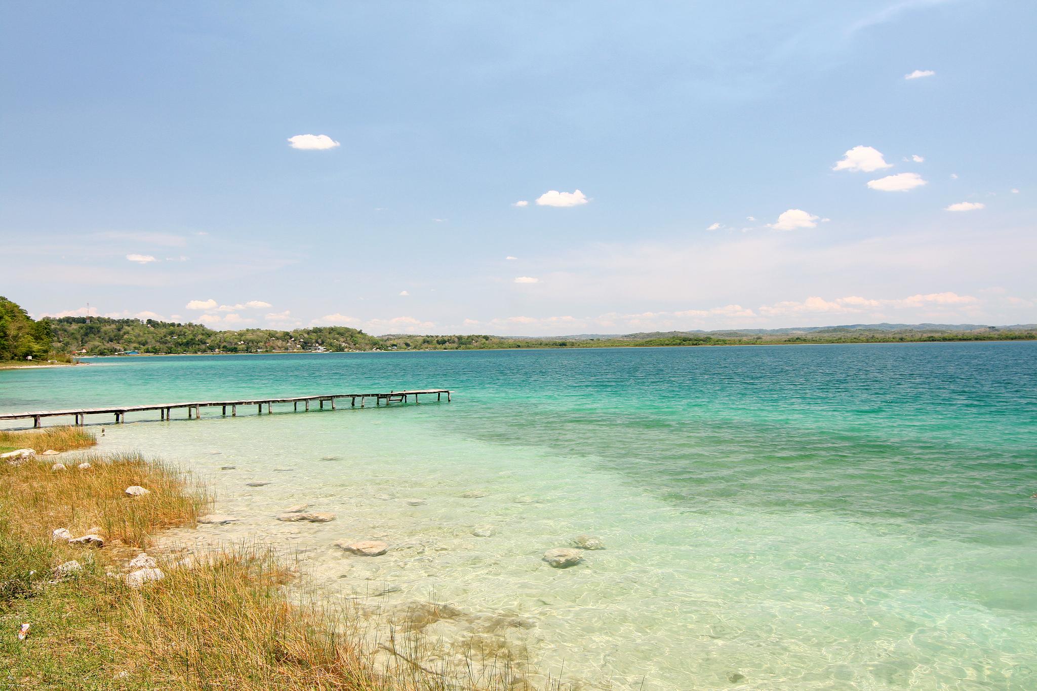 Isso não é praia, é o Lago Petén Itzá. Lindão! (Foto: Walter Rodriguez/Flickr/Creative Commons)