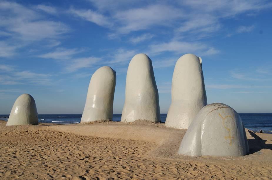 Uma das mais fotografadas paisagens de Punta del Este é a Playa Brava e sua escultura Los Dedos
