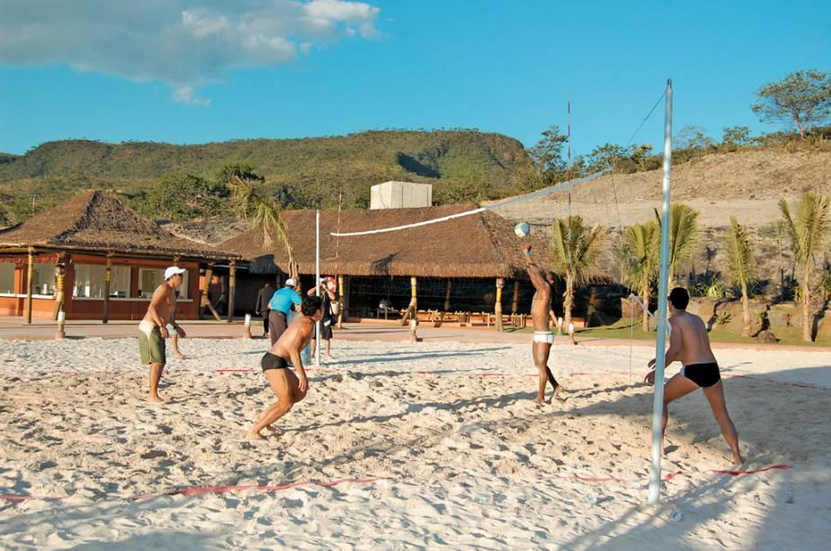 Jogo de vôlei na Praia do Cerrado, atração do Hot Park em Rio Quente (GO)