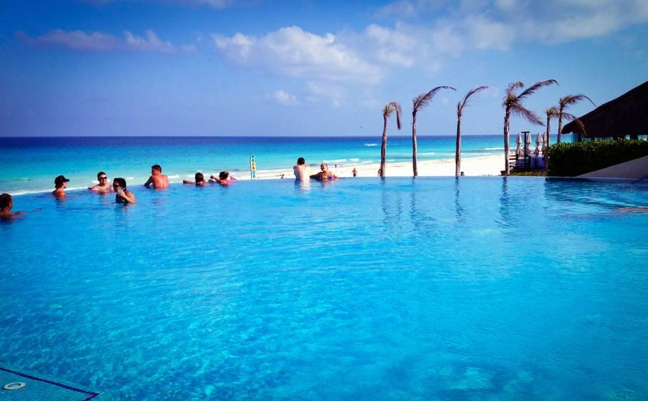 Os resorts all-inclusive com vista para o mar são comuns por toda a orla