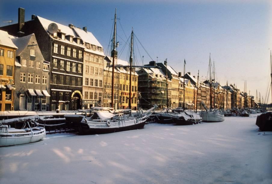 O histórico cais de Nyhavn, em Dinamarca, no passado reunia marinheiros bêbados e casas de baixa reputação, mas hoje é uma das principais atrações de Copenhague, com seus bares, restaurantes e lojas.