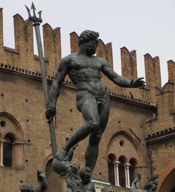 """Na <a href=""""http://viajeaqui.abril.com.br/estabelecimentos/italia-bolonha-atracao-piazza-maggiore"""" rel=""""Piazza Magiore"""" target=""""_blank"""">Piazza Magiore</a>, no coração de Bolonha, está a Fontana di Nettuno, uma obra em bronze criada por Giambologna no século 16"""