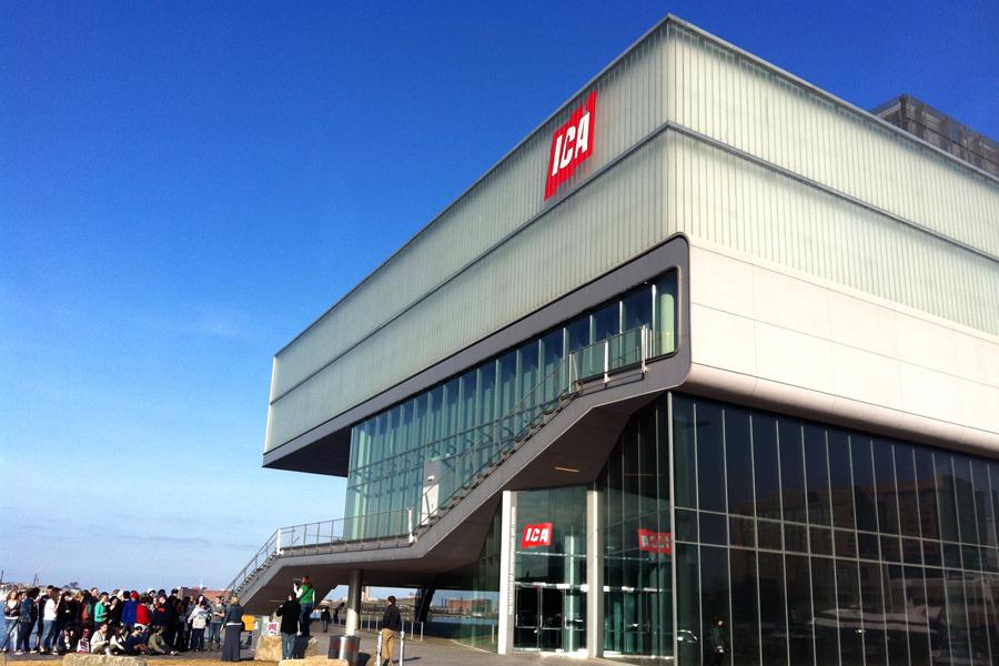 """Grupo de turistas na frente do ICA - <a href=""""http://viajeaqui.abril.com.br/estabelecimentos/estados-unidos-boston-atracao-institute-of-contemporary-art"""" rel=""""Institute of Contemporary Art"""" target=""""_blank"""">Institute of Contemporary Art</a>. O prédio é um verdadeiro ícone arquitetônico da cidade e reúne mostras interessantes ao longo de seus dois andares"""