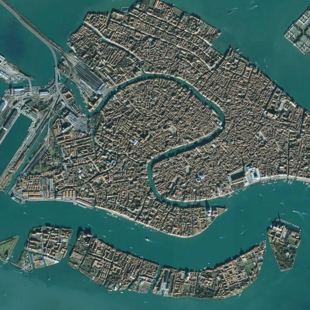 Vista aérea de Veneza, com seus casarões construídos em pequenos trechos de terra firme, em meio aos charmosos canais