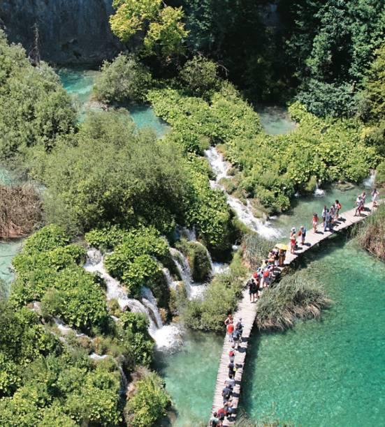Passarela no Parque de Plitvice, um dos pontos turísticos mais lindos de toda a Croácia