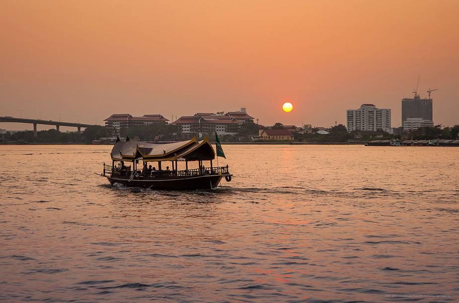 Cruzeiro passeia pelo rio Chao Phraya, em Bangcoc - a voltinha de barco é must do para turistas