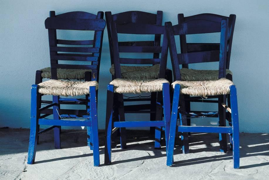 Cadeiras em uma das vielas sossegadas de Mikonos