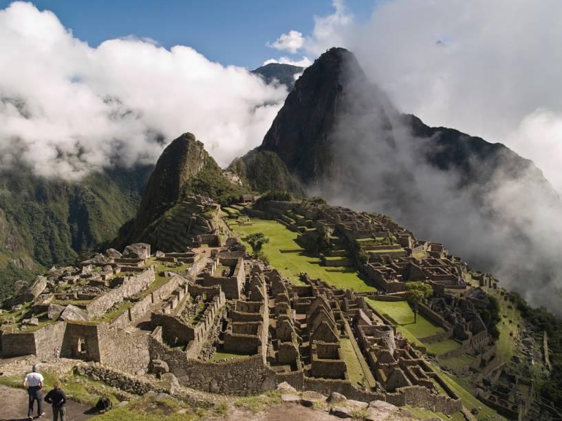 A montanha de Wayna Picchu, o barulho das corredeiras do Urubamba e as nuvens ajudam a compor o clima misterioso que cerca as ruínas incas de Machu Picchu