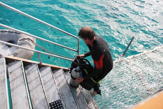 Mergulhador prepara-se para explorar o pedacinho mais abundante da Barreira de Corais