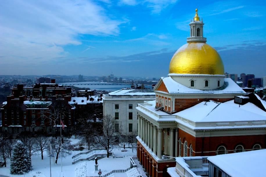 """O <a href=""""https://malegislature.gov/"""" rel=""""State House"""" target=""""_blank"""">State House</a>, em Boston, é a sede do governo de Massachusetts. Construído em 1713, o prédio foi erguido com elementos da arquitetura georgiana"""