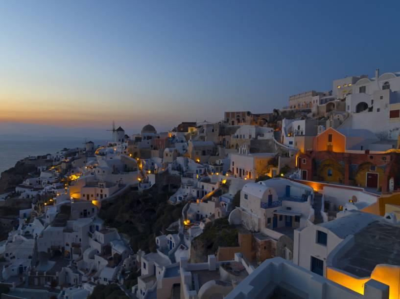 Um dos mais famosos do mundo, o pôr do sol completa o belo cenário de Santorini