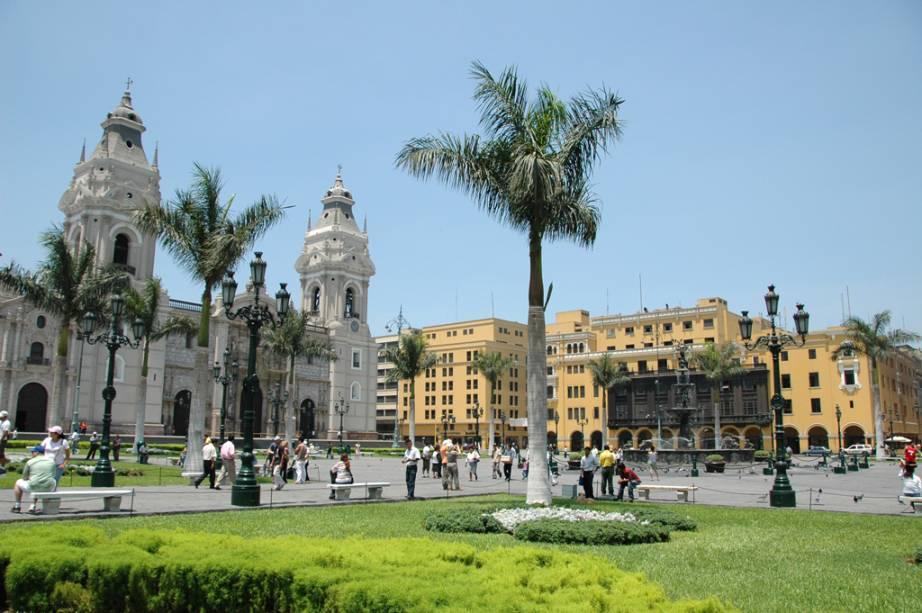 Catedral de Lima e, ao lado, o Palácio do Governo, no marco zero de Lima - atrações obrigatórias durante uma visita na cidade