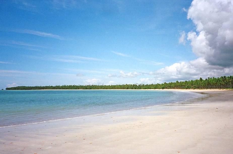 Garapuá e sua enseada deserta: na maré baixa surgem piscinas naturais