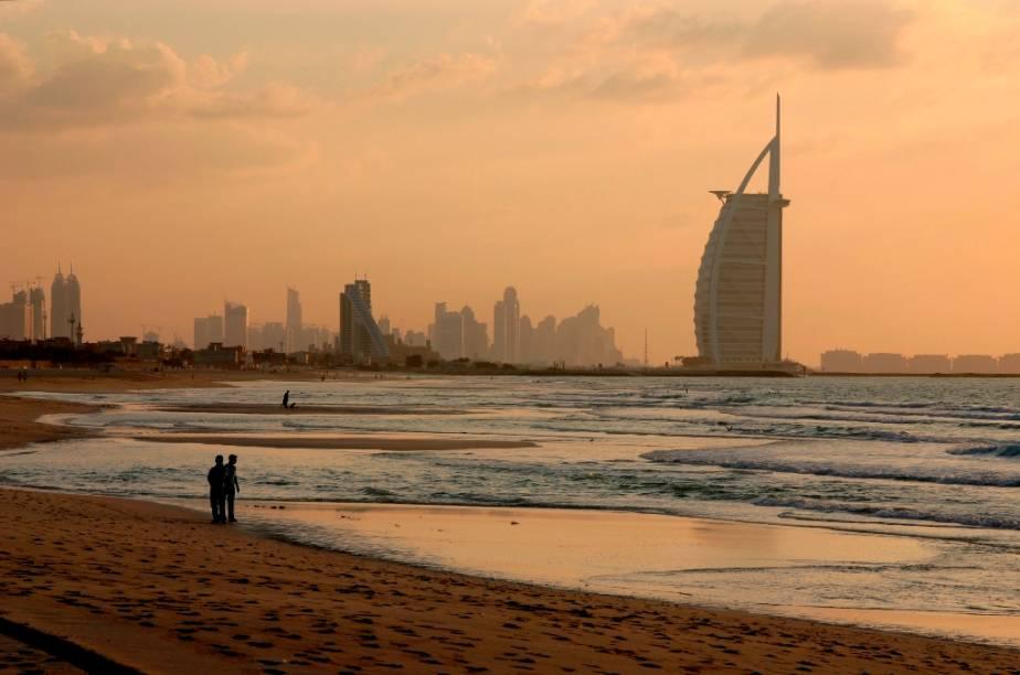 """Amanhecer em <a href=""""http://viajeaqui.abril.com.br/cidades/emirados-arabes-unidos-dubai"""" rel=""""Dubai"""" target=""""_blank"""">Dubai</a>, com o Burj al Arab ao fundo"""
