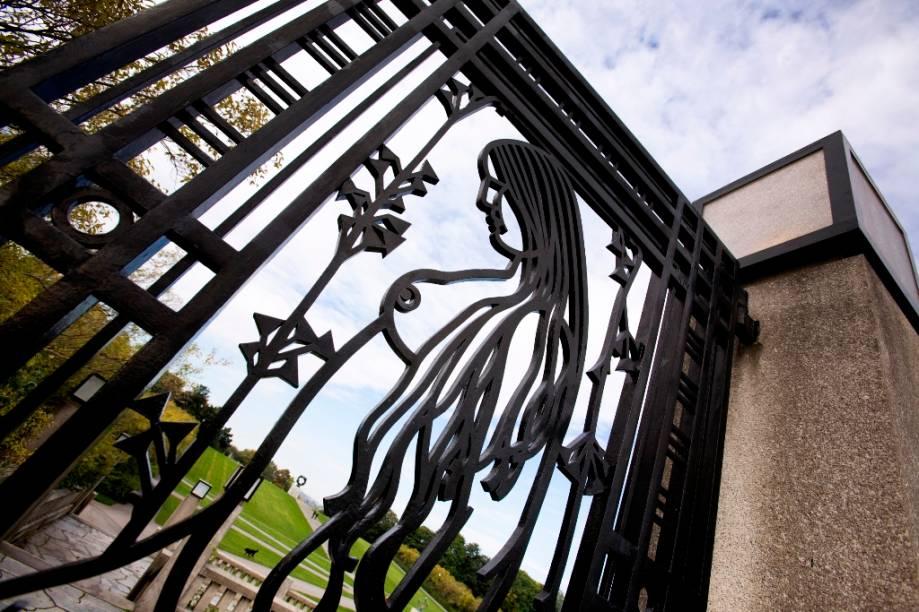 Portão do parque Frogner, um dos muitos passeios que combinam boas caminhadas e cultura na capital norueguesa