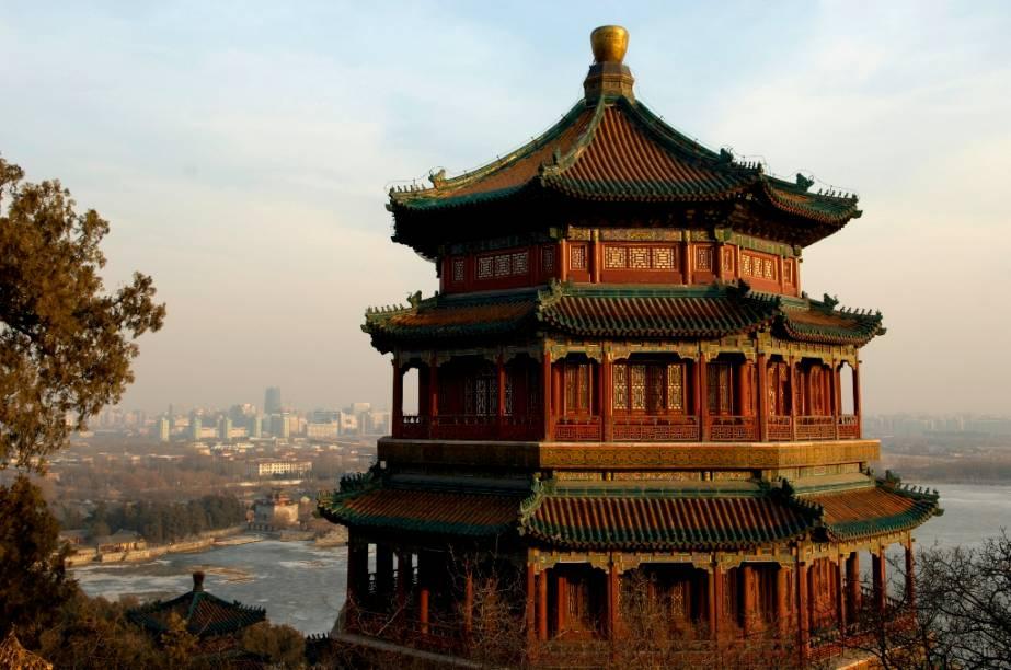 Pavilhão no alto do Monte da Longevidade, Palácio de Versão, Pequim, China. O grande complexo era utilizado como retiro para os imperadores chineses, tendo sido destruído em duas ocasiões, sendo prontamente reconstruído