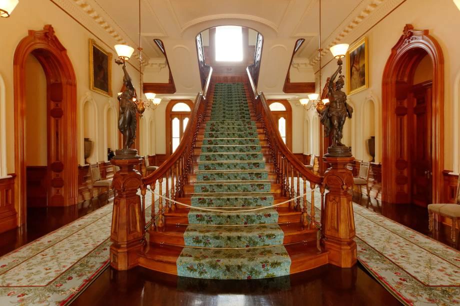 O interior do Iolani Palace é ricamente decorado; era ali que a família real havaiana vivia quando o regime do arquipélago era a monarquia. Hoje, o palácio é um museu dedicado a contar essa história