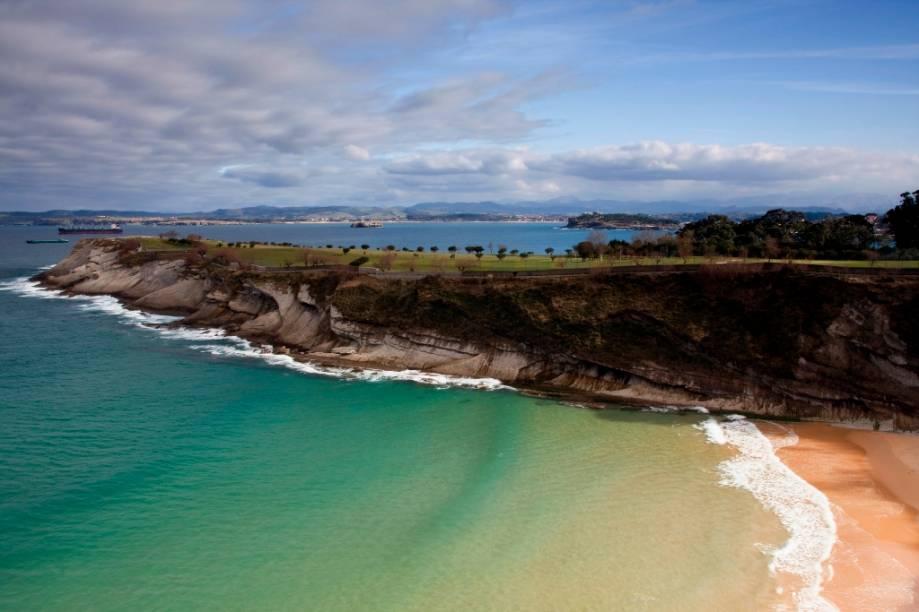 Baía de Santander, no mar da Cantábria. A cidade possui uma forte relação com o mar, prontamente sentida em sua gastronomia, que traz pratos como paellas e <em>tapas </em>com lulas