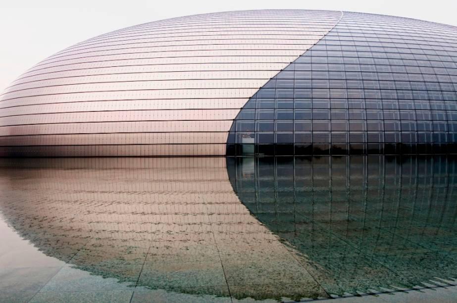 O Teatro Nacional de Artes Performáticas, próximo à Praça Tiananmen, em Pequim, é um projeto do arquiteto francês Paul Andreu, inaugurado ás vésperas dos Jogos Olímpicos de 2008