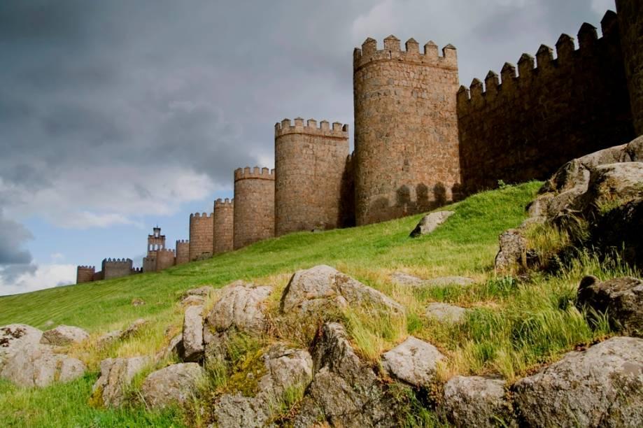 Por todo o interior da Espanha se vêem fortificações maciças, seja em castelos ou em cidades muralhadas, como aqui, em Ávila, terra natal de Santa Tereza