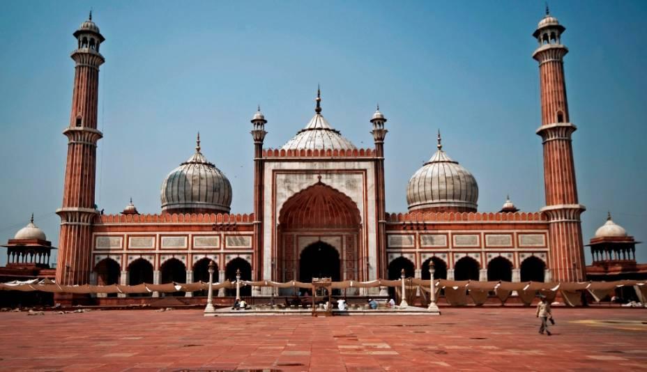 Jama Masjid é a maior mesquita da Índia e, entre seu grande pátio e acanhados recintos, pode receber cerca de 80 mil fiéis