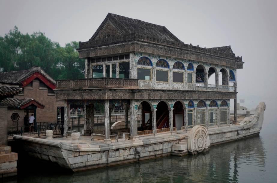 O Barco de Mármore, no lago Kunming, no Palácio de Verão, é um irônico símbolo da decadência do império chinês. A imperatriz regente Cixi desviou recursos da marinha imperial para construir o extravagante e inútil edifício. A monarquia chinesa seria extinta poucos anos mais tarde
