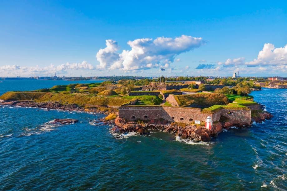 A ilha fortificada de Suomenlinna foi construída pelos suecos - então senhores da Finlândia, no século 18 para proteger a cidade dos russos. O conjunto foi declarado Patrimônio da Humanidade pela Unesco