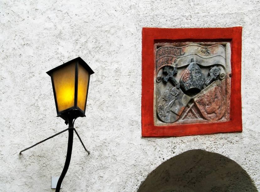 Os poderosos príncipes-arcebispos de Salzburgo reinaram majestosamente em seu castelo por sete séculos, até serem expulsos pelas tropas de Napoleão. Hoje é um dos pontos turísticos mais populares da cidade e oferece agradáveis vistas da cidade