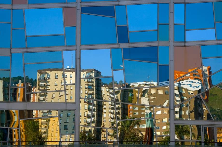Bilbao hoje reúne uma grande variedade de prédios de linhas vanguardistas, reunindo nomes como Frank Gehry e Santiago Calatrava. Seus edifícios modernos hoje são a cara de uma cidade que respira modernidade e juventude