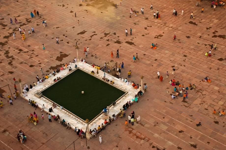 Pátio da mesquita Jama Masjid, com fiéis fazendo suas abluções cerimoniais