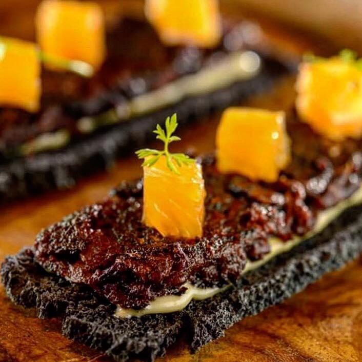 A Casa do Porco leva pratos do naipe da Sanguiça com tangerina e broto orgânico / Dívulgação