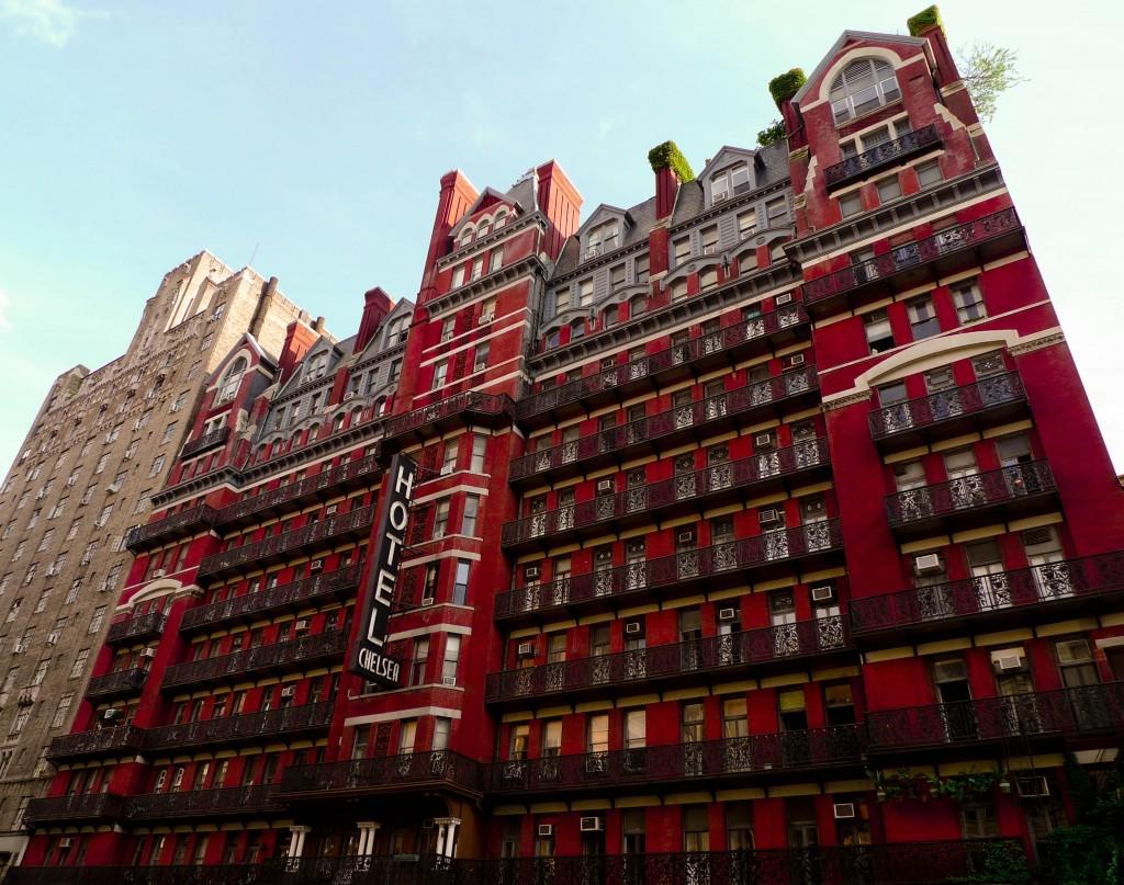 A famosa fachada vermelha do Chelsea Hotel, que se localiza no bairro de mesmo nome, em Manhattan (foto: Bobbi Bowers)