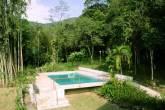 A piscina da Casa Bacarirá imiscuída na Mata Atlântica