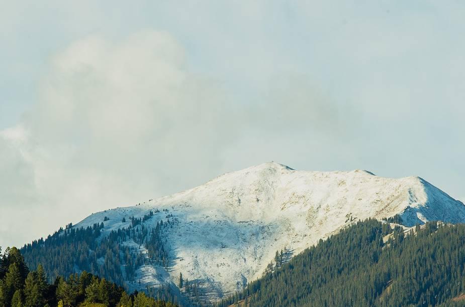 Há serviços de ônibus que fazem o percurso de Denver até Aspen. Mas é importante ressaltar: durante o inverno, a estrada fica cheia de neve e exige atenção