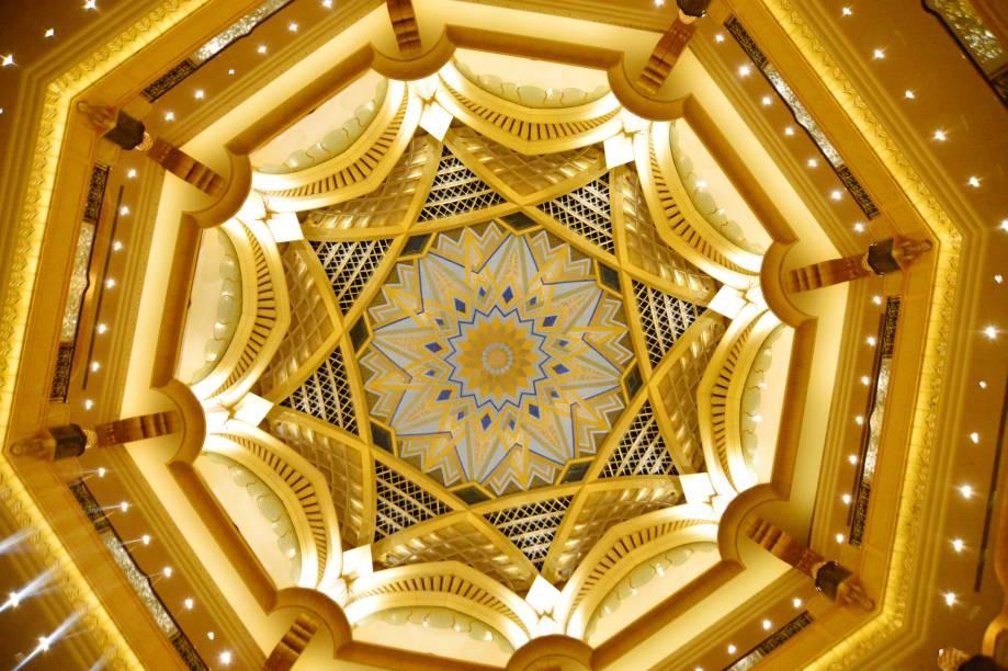 O Hotel Emirates Palace ostenta tanto que algumas partes do teto são revestidas em ouro