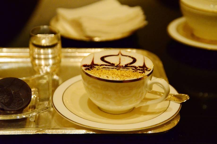 Até o cafezinho do Emirates Palace Hotel, em Abu Dhabi, é especial: as xícaras são decoradas com pó de ouro, que em poucas quantidades, pode ser sorvido junto com a bebida