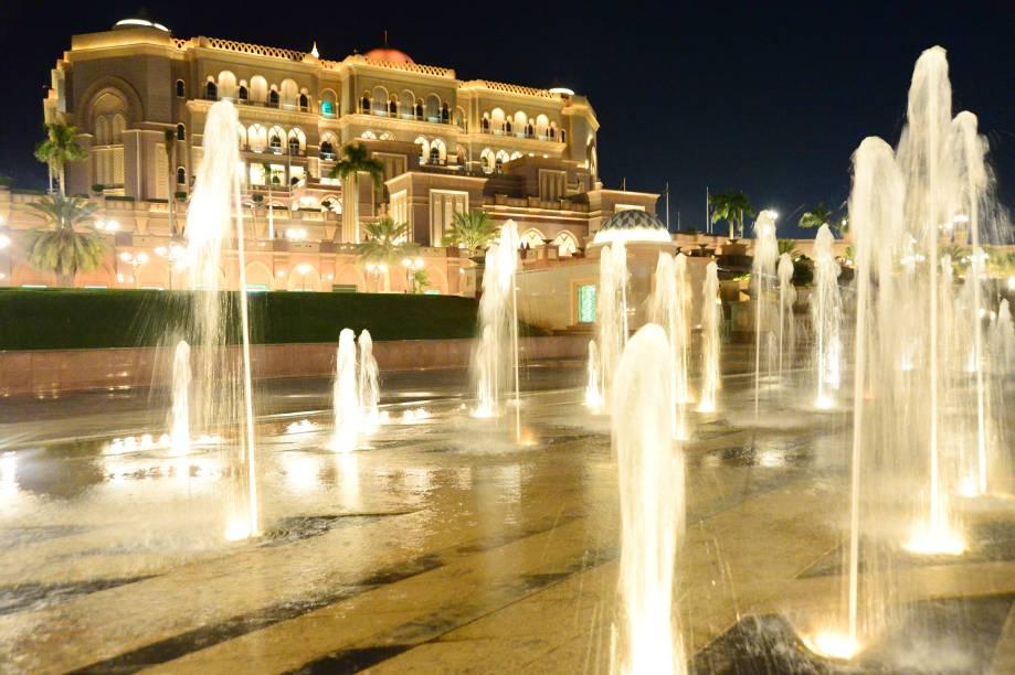 As fontes que enfeitam a fachada do Emirates Palace Hotel, em Abu Dhabi, não são nada: dentro das dependências do hotel, há uma praia particular