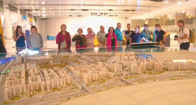 No Museu Saadiyat, turistas observam a maquete que representa o futuro da ilha de Saadiyat, onde estarão os novos complexos culturais