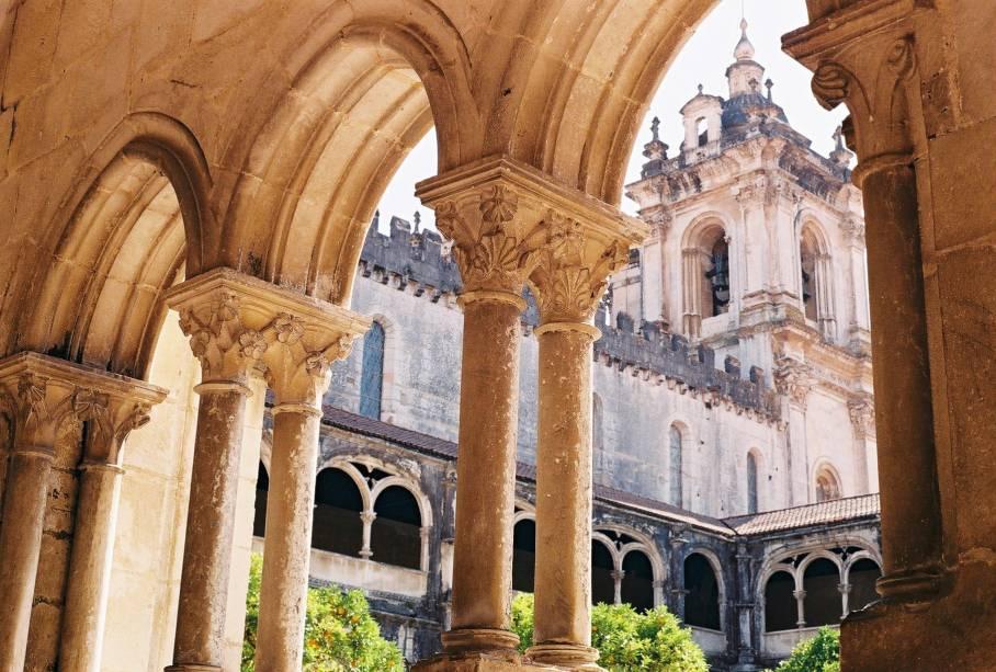 """Também detentora de um dos mais belos patrimônios históricos de Portugal, o Mosteiro de Santa Maria de Alcobaça é literalmente o centro de Alcobaça. A monumentalidade chama atenção, mas os pontos altos da visita são os túmulos de Dom Pedro I e sua amante Dona Inês de Castro. Além do mosteiro, os melhores doces conventuais de Portugal estão lá, na Pastelaria Alcôa.<a href=""""https://www.booking.com/searchresults.pt-br.html?aid=332455&sid=605c56653290b80351df808102ac423d&sb=1&src=searchresults&src_elem=sb&error_url=https%3A%2F%2Fwww.booking.com%2Fsearchresults.pt-br.html%3Faid%3D332455%3Bsid%3D605c56653290b80351df808102ac423d%3Bcity%3D-2170835%3Bclass_interval%3D1%3Bdest_id%3D-2170637%3Bdest_type%3Dcity%3Bdtdisc%3D0%3Bfrom_sf%3D1%3Bgroup_adults%3D2%3Bgroup_children%3D0%3Binac%3D0%3Bindex_postcard%3D0%3Blabel_click%3Dundef%3Bno_rooms%3D1%3Boffset%3D0%3Bpostcard%3D0%3Braw_dest_type%3Dcity%3Broom1%3DA%252CA%3Bsb_price_type%3Dtotal%3Bsearch_selected%3D1%3Bsrc%3Dsearchresults%3Bsrc_elem%3Dsb%3Bss%3DNazar%25C3%25A9%252C%2520Regi%25C3%25A3o%2520do%2520Centro%252C%2520Portugal%3Bss_all%3D0%3Bss_raw%3DNazar%25C3%25A9%3Bssb%3Dempty%3Bsshis%3D0%3Bssne_untouched%3D%25C3%2593bidos%26%3B&ss=Alcoba%C3%A7a%2C+Regi%C3%A3o+do+Centro%2C+Portugal&ssne=Nazar%C3%A9&ssne_untouched=Nazar%C3%A9&city=-2170637&checkin_monthday=&checkin_month=&checkin_year=&checkout_monthday=&checkout_month=&checkout_year=&group_adults=2&group_children=0&no_rooms=1&from_sf=1&ss_raw=Alcoba%C3%A7a&ac_position=1&ac_langcode=xb&dest_id=-2157508&dest_type=city&place_id_lat=39.55192&place_id_lon=-8.97634&search_pageview_id=32f57c2723010011&search_selected=true&search_pageview_id=32f57c2723010011&ac_suggestion_list_length=5&ac_suggestion_theme_list_length=0"""" target=""""_blank"""" rel=""""noopener""""><em>Busque hospedagens emAlcobaça</em></a>"""