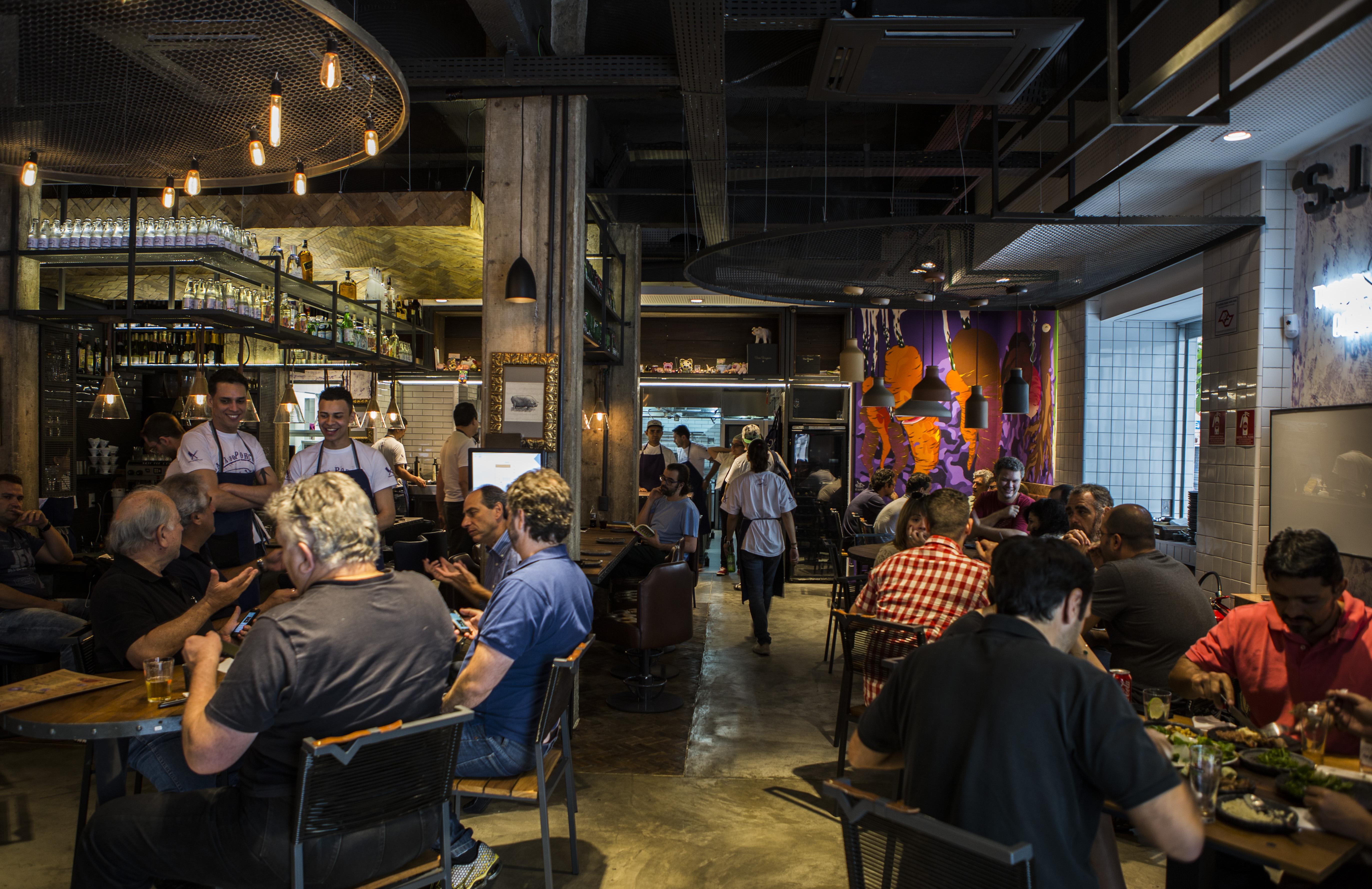 Interior do restaurante A Casa do Porco Bar, no centro de São Paulo (foto: Ricardo D'Angelo/Dedoc/Abril)