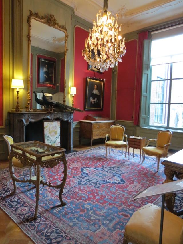 Um dos salões ricamente decorados do museu Van Loon