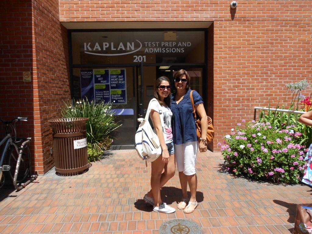 Ana Carolina (à esq.) e Edna (à dir.) na escola Kaplan de Los Angeles, nos Estados Unidos