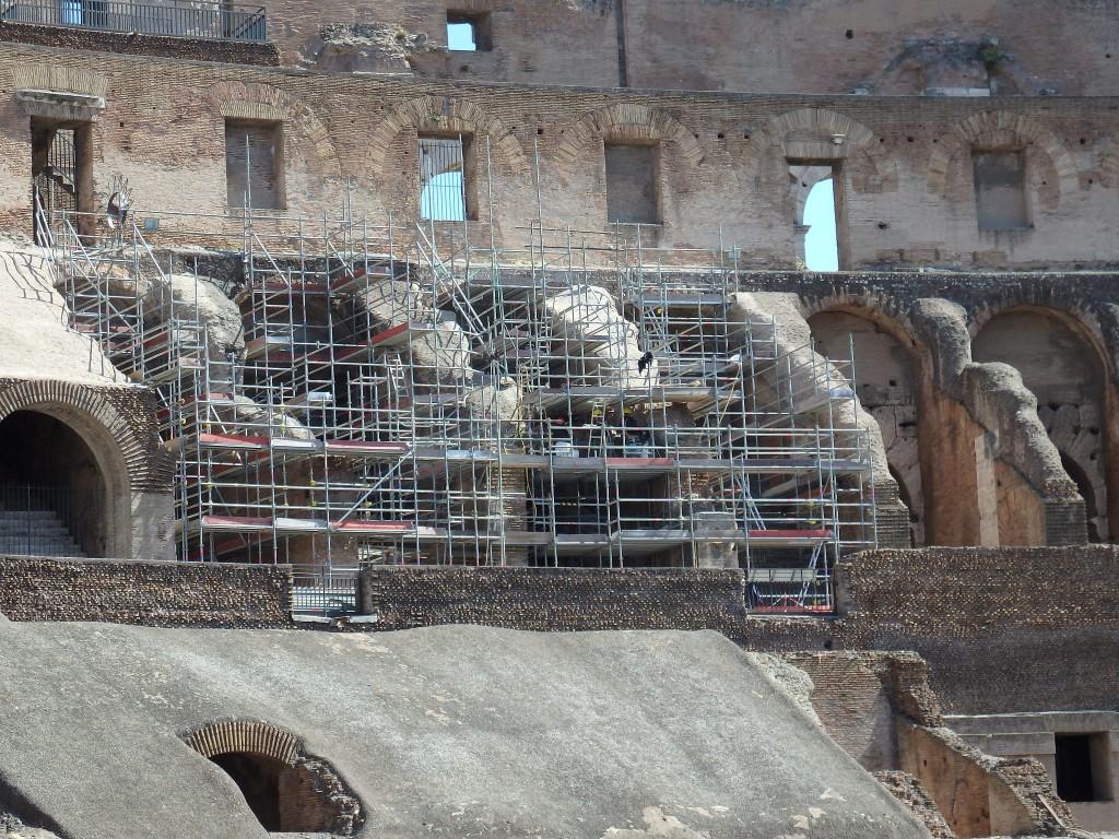 Andaimes e estruturas na reforma do Coliseu em Roma