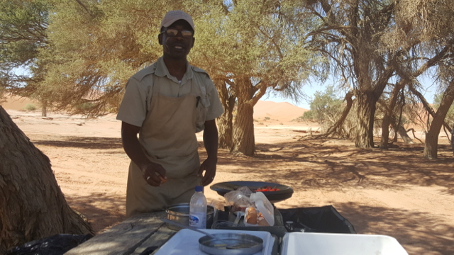 Félix pilotando o fogão em pleno deserto